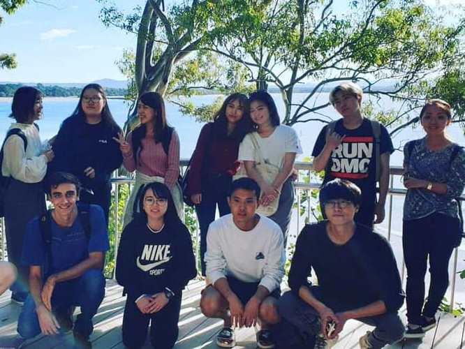 Lexisヌーサの生徒と集合写真