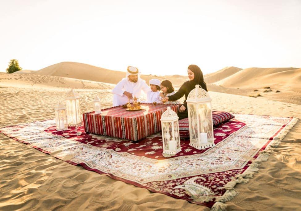 砂漠で食事を楽しむドバイのファミリー